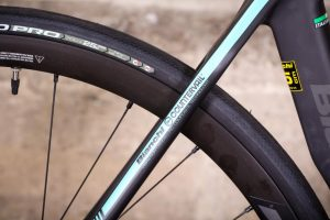bianchi-oltre-xr3-disc-ultegra-aero-road-bike-2